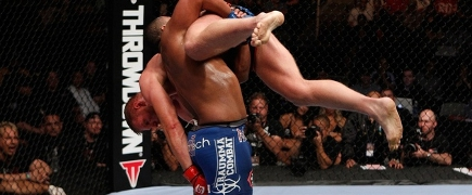 Daniel Cormier atropela Josh Barnett e vence torneio do Strikeforce