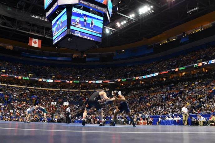 O público lotou as dependências do Scottrade Center para as finais do wrestling da Divisão I da NCAA (Foto: Facebook NCAA Wrestling)