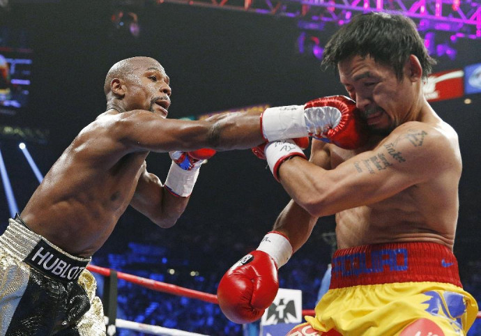 Cena recorrente da luta: direita de Floyd Mayweather explode no rosto de Manny Pacquiao (Foto: Associated Press)