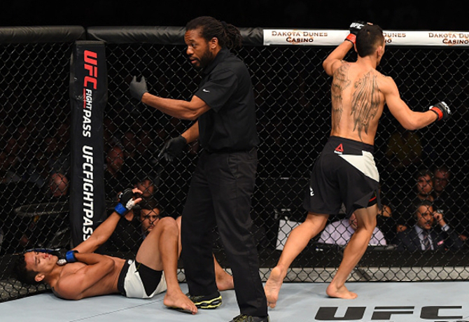 Lesão de Charles do Bronx rende a 7ª vitória consecutiva de Max Holloway no UFC Fight Night 74