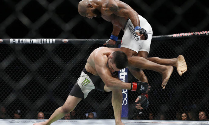 Yoel Romero voa para nocautear Chris Weidman no UFC 205 (Foto: Adam Hunger/USA TODAY Sports)
