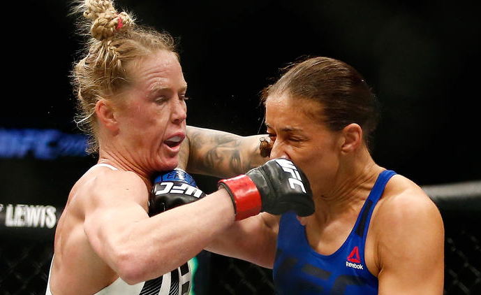 Germaine de Randamie levou vantagem na curta distância contra Holly Holm (Foto: Anthony Geathers / Getty Images)