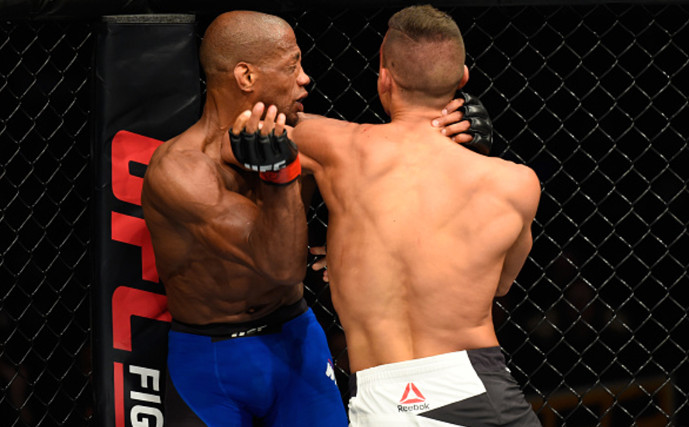 Cotoveladas de Duquesnoy (de costas) destruíram Patrick Williams na estreia do francês no UFC